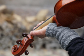 La historia de una anciana que toca el violín emociona a las redes