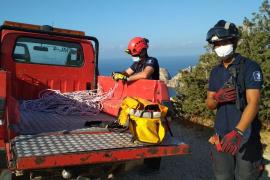 El rescate del cuerpo del joven británico despeñado en Cala d'Hort, en imágenes. (Fotos: Renato Steinmeyer y Bomberos)