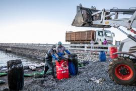 Se parte en dos el carguero que vertió petróleo en aguas de Mauricio
