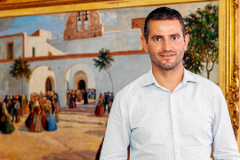 Marcos Serra posa frente a un cuadro de la iglesia de Sant Antoni.