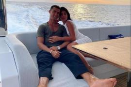 Imagen de la pareja a bordo de su impresionante yate, valorado en 6 millones de euros, con el que han surcado la costa mediterránea a lo largo del mes de agosto.