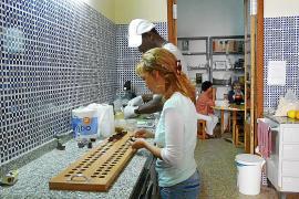 Dignitat i Feina, una asociación que no reparte limosna, ofrece trabajo