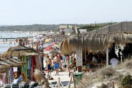 Los destinos de sol y playa salvan el verano mientras caen los del interior