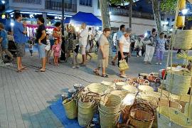 La artesanía, la gastronomía y el buen ambiente llenan la primera feria nocturna