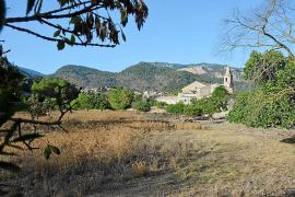 Puigpunyent para la urbanización junto a la iglesia y gana 15.000 metros de zona verde