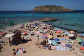Socorristas de Sant Josep rescatan a un surfista que se metió en el mar con bandera roja