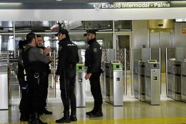 Una madre acompañada de sus hijas agrede a una vigilante en la Intermodal de Palma