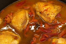 Sabrosos contramuslos de pollo con ajos y pimientos asados