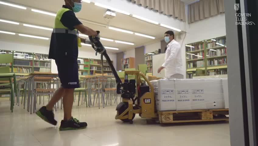 El Govern entrega equipos de protección contra la COVID-19 a los centros educativos