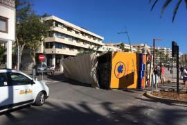 Aparatoso vuelco de un camión en el puerto de Ibiza
