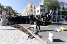 Las mejores imágenes del camión volcado en el puerto de Ibiza. (Fotos: Daniel Espinosa)