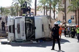 Denuncian al camionero que ha volcado en el puerto de Ibiza por circular con exceso de tonelaje
