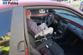 La extraña manera de cerrar la puerta del coche de un conductor en Palma