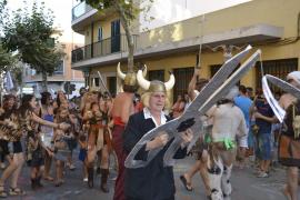 Imaginación y originalidad en el popular desfile de carrozas de las fiestas de Sant Roc
