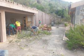 Voluntarios ayudan a retirar escombros tras la tormenta en Esporles