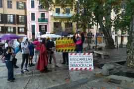 Una docena de personas protesta contra las medidas de seguridad y sanitarias del Govern frente al Consolat