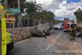 Un conductor queda atrapado al volcar su coche en la carretera de Bunyola