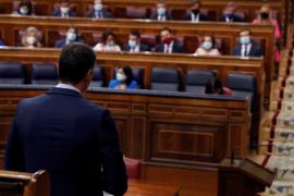Sánchez acusa al PP de incumplir la Constitución y Casado denuncia que busca su «rendición incondicional»