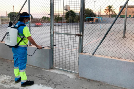 Emaya desinfectará diariamente los espacios públicos de uso escolar