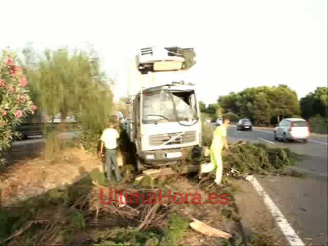 Atasco en la autopista del aeropuerto tras invadir un camión la mediana