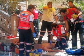 Rescatan a dos trabajadores que quedaron inconscientes en un pozo