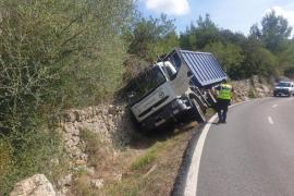 Vuelca un camión en la carretera de Valldemossa