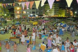 La 'sombrillada' nocturna congrega a dos mil personas en la playa de s'Illot