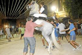 Miles de personas disfrutan del 'jaleo' y los juegos de la Festa del Cavall de ses Salines