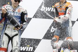 Pedrosa le arrebata la victoria a Lorenzo en la última vuelta