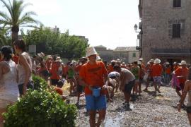 Más de 200 jóvenes se lanzan dos toneladas de algarrobas en la Garrovada