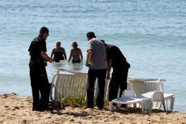 Hallan flotando en la playa de Can Pere Antoni el cuerpo sin vida de un hombre
