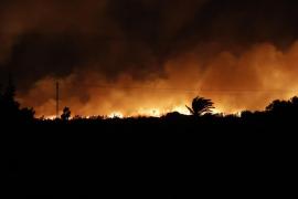 El incendio de s'Albufera sigue fuera de control y los retenes afrontan su segunda noche