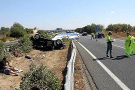 Un coche que remolcaba una lancha pierde el control y vuelca en la autopista de Inca