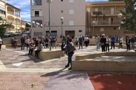Medio centenar de vecinos protestan por el hotel COVID del Arenal