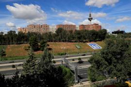 Un parque de Madrid amanece con 53.000 banderas españolas por las víctimas de la Covid