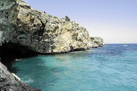 El Ajuntament prohíbe saltar de los acantilados de la playa de Cala Varques
