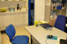 Casi un centenar de sanitarios de Balears se  declaran objetores para seguir atendiendo a los inmigrantes 'sin papeles'