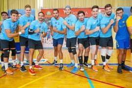 Los integrantes de la UD Ibiza-Ushuaïa Volley posan juntos antes del entrenamiento de ayer en el pabellón de es Viver