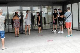Imagen de archivo de las colas de gente en las oficinas del SEPE y del SOIB