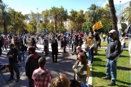 Un centenar de independentistas marchan alrededor del TSJC contra la justicia