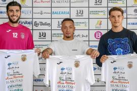 Toni Jou, Juancho y Carlos Gilbert posan juntos con la camiseta de la Peña Deportiva, ayer en el Campo Municipal de Santa Eulària