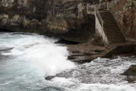 Un golpe de mar mata a un niño en una cala de Manacor y a su padre al querer rescatarlo