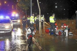Un motorista resulta herido grave tras caer junto a Son Xigala