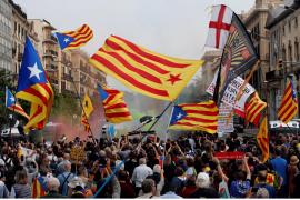Queman fotos del Rey y Sánchez en la manifestación contra su visita a Barcelona