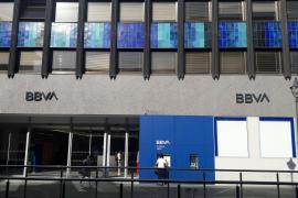 BBVA cobrará 2 euros por retiradas de efectivo en ventanilla y endurece las condiciones de la cuenta nómina
