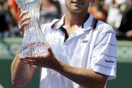 Andy Roddick se alza con el trofeo en Miami