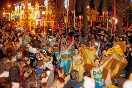 Cientos de personas ven en Vila el paso de la última cabalgata de Reyes