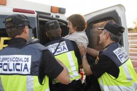 Una manifestante detenida durante la protesta por el pago del aparcamiento de Son Espases