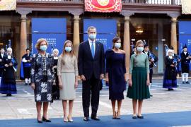 Los reyes, sus hijas y la reina Sofía, juntos en público un año después