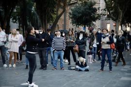 Un centenar de 'negacionistas', algunos sin mascarilla, se manifiestan contra las políticas sanitarias en Palma